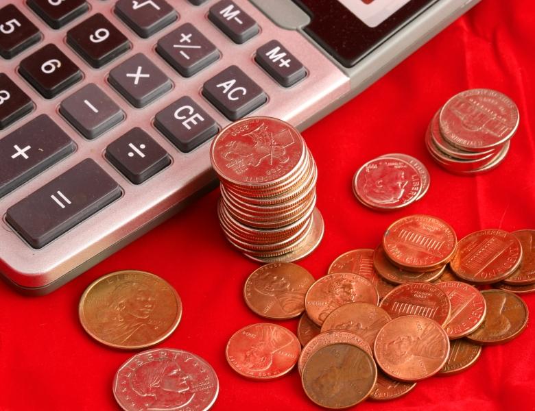 CALCULATOR AND MONEY Timothy Nichols - Dreamstime.com
