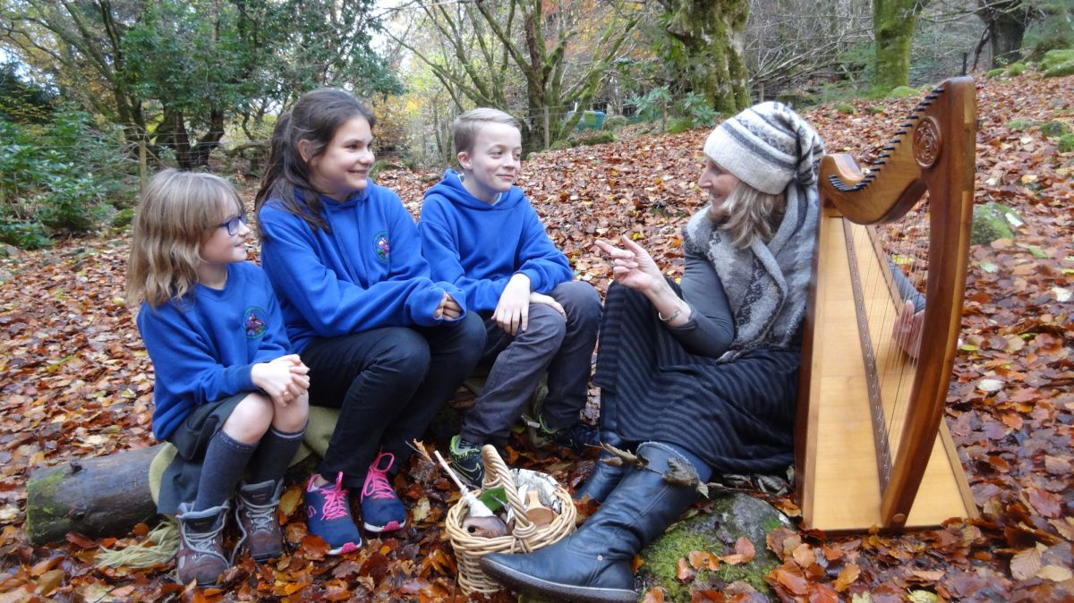 pupils-from-invergarry-primary-school-with-singer-and-harpist-claire-hewitt-medium
